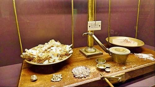 Symbolbild Goldwaage mit Gold